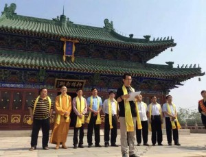 Zľava: prof. Xu Mingtang, vedľa neho Majster Shi Yanlin, čítajúci: Sun Yongzhang, Čínska asociácia čínskej medicíny.  Všetci menovaní budú prednášať na konferencii v Bratislave.